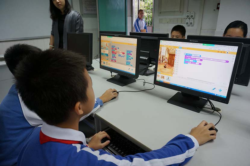 Maker society students learn computer programming using the CodeMao website at Xinlian Primary School in Shenzhen, Guangdong province, Nov. 10, 2016. Li Xueqing/Sixth Ton