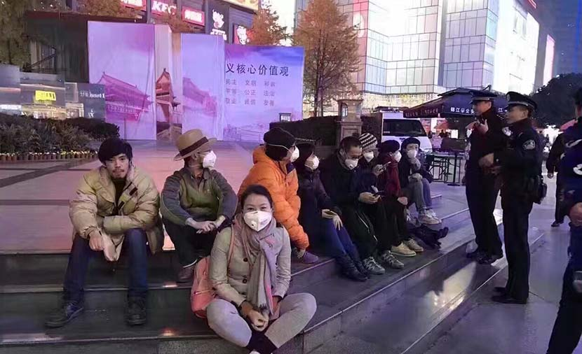 A group of artists protest pollution levels by wearing smog masks and sitting on the stairs of a plaza in Chengdu, Sichuan province, Dec. 11, 2016. From Weibo