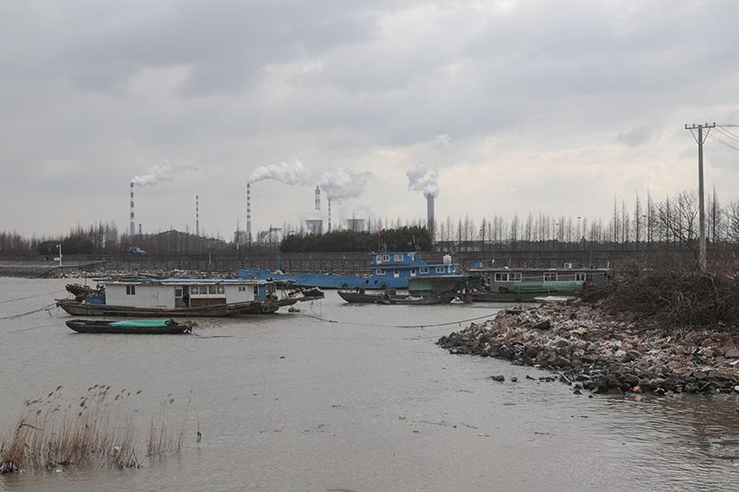 Boats moored in the Yangtze River near Taicang, Jiangsu province, Dec. 27, 2016. Li You/Sixth Tone