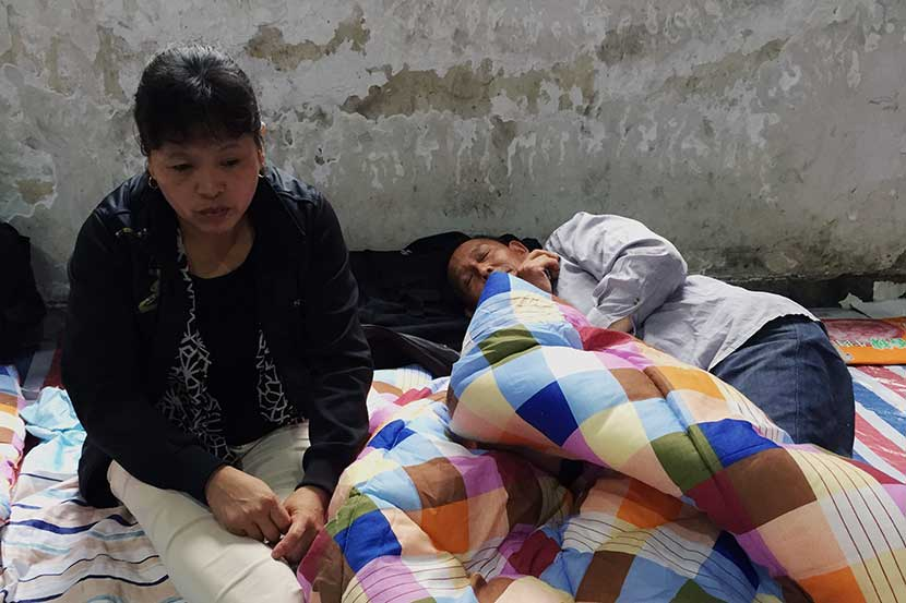 Zhang Sulian and her husband at a rescue shelter in Lishui, Zhejiang province, Sept. 29, 2016. Fu Danni/Sixth Tone