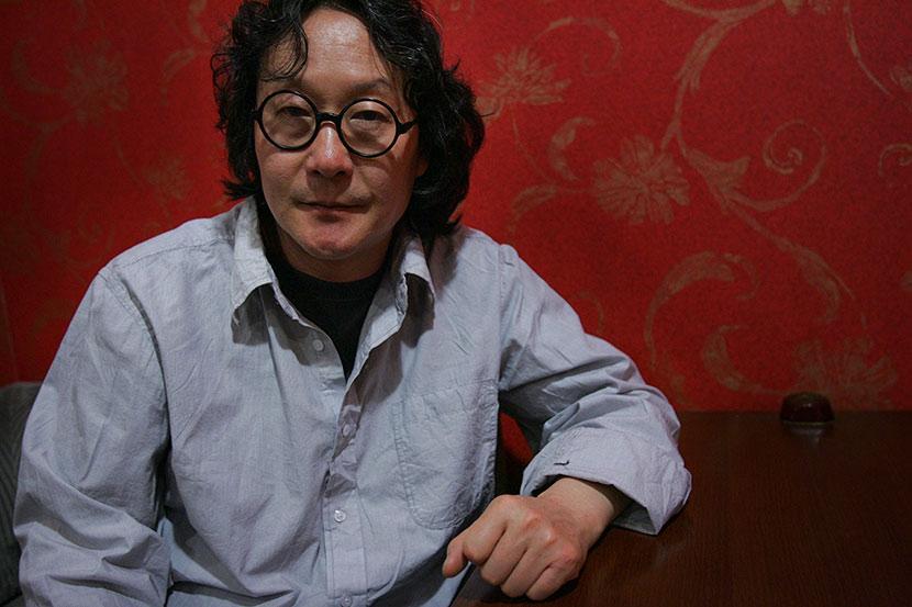 Xu Bing poses for a portrait in Beijing, April 20, 2008. Wang Jianing/VCG